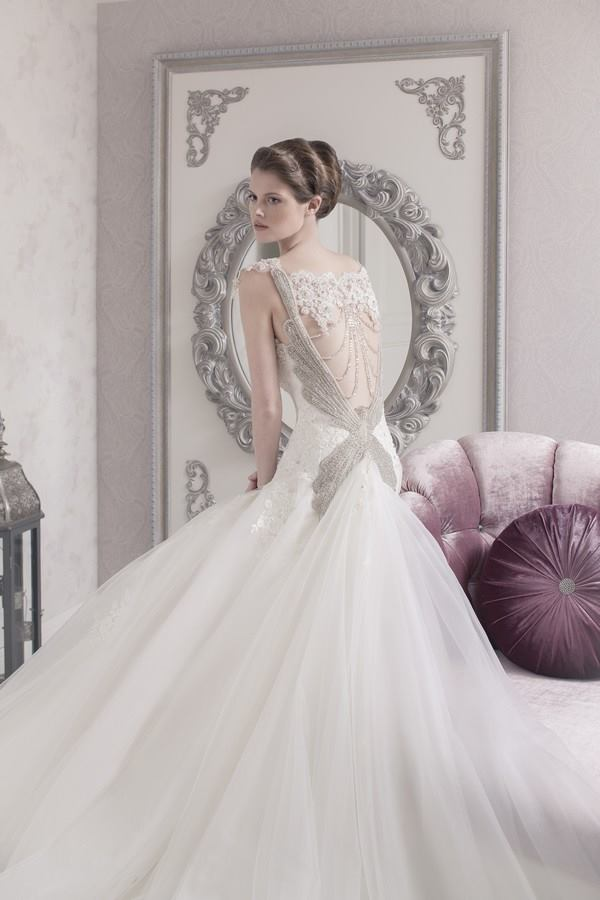 Magnificent wedding dress and perfect bridal styling