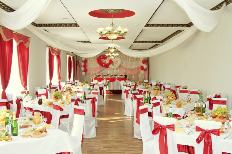 Decorating your wedding venue easy weddings uk for Wedding day room decoration